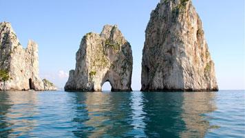 I Faraglioni di Capri visti dal mare durante una gita in barca